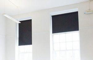 Как замерить, выбрать и крепить рулонные шторы на пластиковые окна