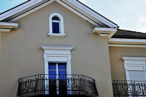 Ограждение балкона из металла, дерева и стекла - какое лучше выбрать, требования ГОСТ