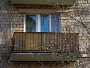 Теплое и холодное остекление балкона в хрущевке - варианты установки окон