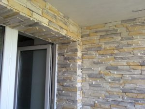 Отделка балкона декоративным камнем: дизайнерские решения, способы укладки камня