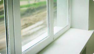 Пластиковое окно свистит при сильном ветре: причины скрипа и методы его устранения