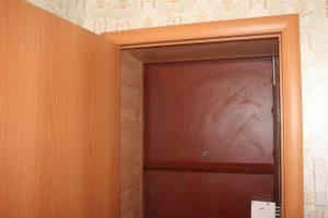 Как установить обналичку на межкомнатные двери: инструкция по креплению дверных коробов и деталей