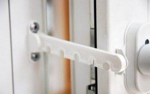 Как установить ограничитель на пластиковые окна: выбор ограничителя и их свойства