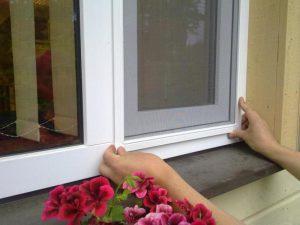 Ремонт москитной сетки на пластиковые окна самому: порядок действий