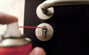 Чем смазать личинку замка входной двери: правила выбора смазочных материалов