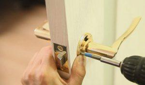 Установка дверных ручек на межкомнатные двери: особенности процедуры
