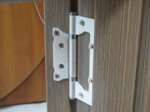 Установка петель бабочка на межкомнатные двери: необходимые инструменты