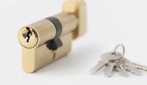 Как поменять личинку замка входной двери: инструкции по удалению механизма