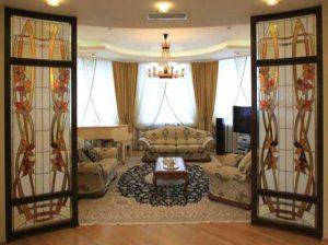 Межкомнатные двери с витражным стеклом: особенности использования декорированной двери