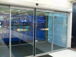 Установка автоматических раздвижных дверей: плюсы и минусы использования конструкции