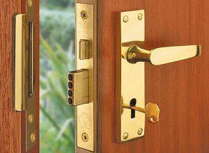 Не открывается входная или межкомнатная дверь: что делать и к кому обратиться?