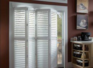 Дверь жалюзи в гардеробную или для межкомнатного проёма - плюсы и минусы, особенности установки