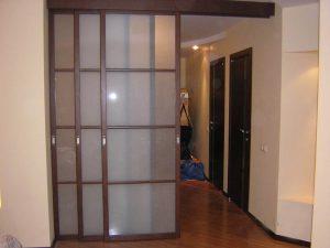 Дверь навесная на роликах межкомнатная: установка конструкции и особенности при выборе материала