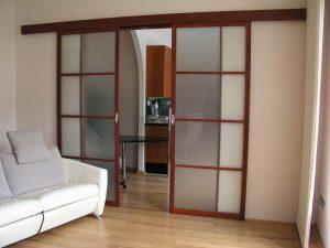 Выдвижные двери межкомнатные своими руками: принцип изготовления и установки на стену
