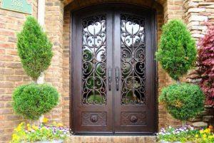 Металлические двери со стеклопакетом и ковкой - особенности ухода за кованными материалами