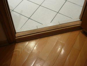 Какие бывают пороги для межкомнатных дверей: классификация и способы монтажа
