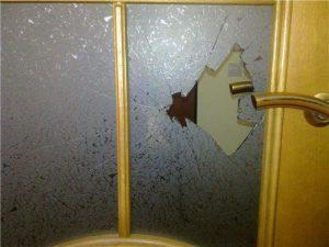 Вставить стекло в межкомнатную дверь - необходимые инструменты и правила поведения со стеклом