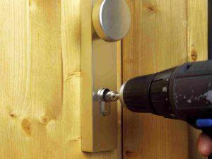 Как открыть межкомнатную дверь если она захлопнулась: правила вскрытия замков