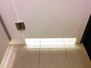 Зазор между дверью и коробкой межкомнатной двери: для чего он нужен и как его установить?